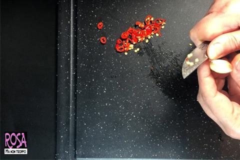 taglia e pulisci aglio e peperoncino